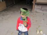 葉っぱで遊ぶ5歳