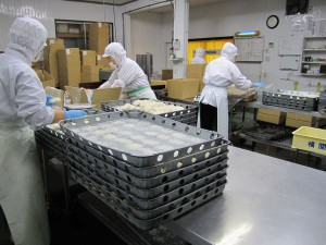 凍った製品を箱詰しています